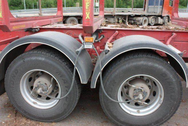 rengaspaineen säätöjärjestelmällä varustetut renkaat puutavara-autossa