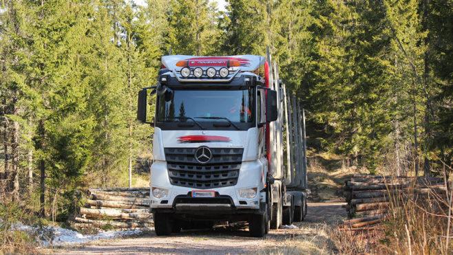 puutavara-auto metsässä
