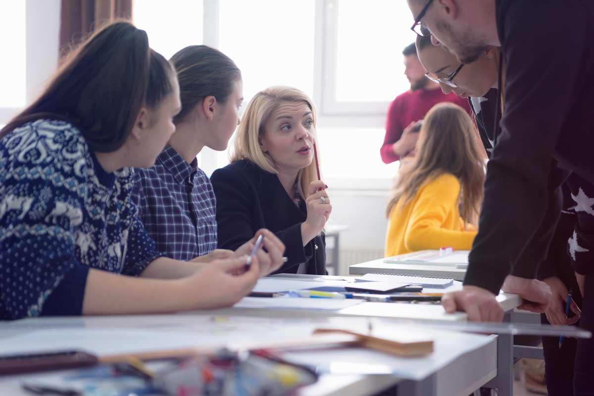Ryhmäkeskustelu, jossa useita henkilöitä pöydän ympärillä.