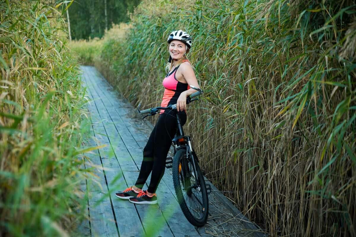 Nainen pyöräilemässä.