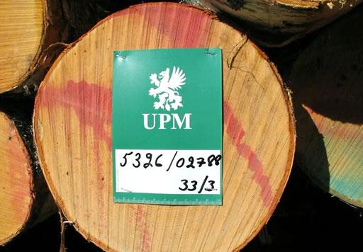 Puutavarapinojen tunnistetietojen eli pinolappujen kiinnitys on kuormatraktorinkuljettajan vastuulla (MetSimu-projekti).