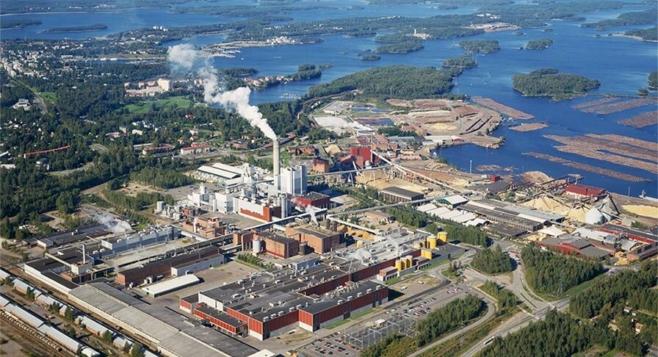 Ilmakuvassa uittopuu odottaa käyttöä UPM:n Kaukaan tehtailla Lappeenrannassa.