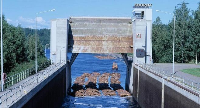 Sulutusyksikkö vedetään ulos sulusta Kuurnan kanavassa, Kontiolahdella.