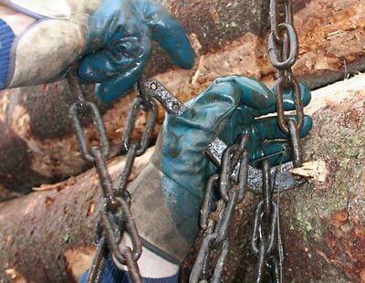 lukon koukku pujotetaan kettingin lenkin läpi