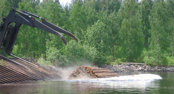 Puutavaranippu pudotetaan veteen Möhköskoskella.